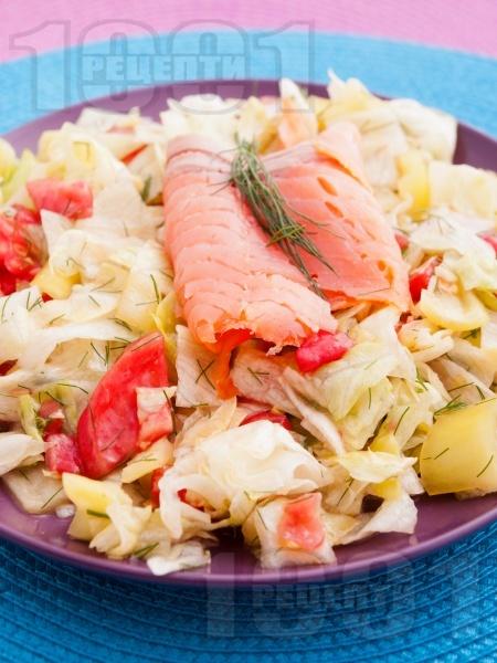 Салата с пушена сьомга, айсберг и розови домати - снимка на рецептата
